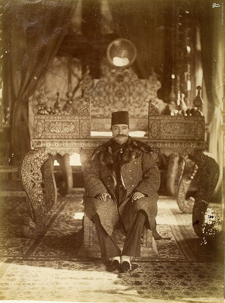 تکیه ناصرالدین شاه بر تخت طاووس +عکس