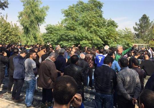 لحظه دفن مرحوم منصور پورحیدری +عکس
